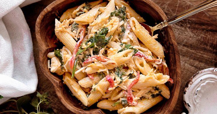 Pastasalade met veldsla, parmaham, mozzarella en honing-dressing