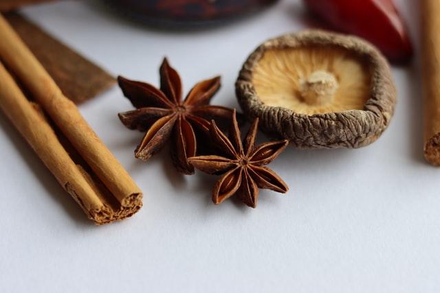 Welke kruiden en specerijen worden vaak gebruikt in de Mexicaanse keuken?